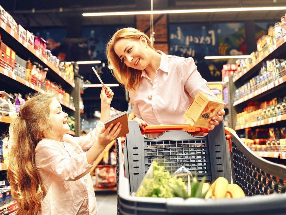 madre e figlia al supermercato